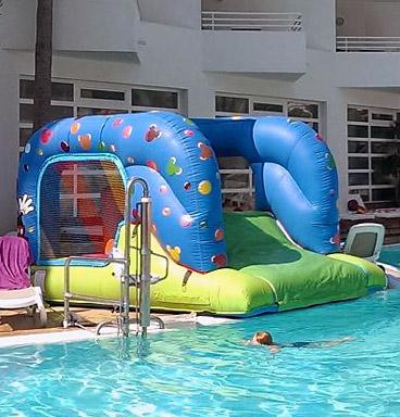 Castillo Mickey Mouse montado en piscina